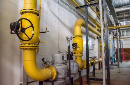 Tuyaux de gaz en acier à l'intérieur du bâtiment