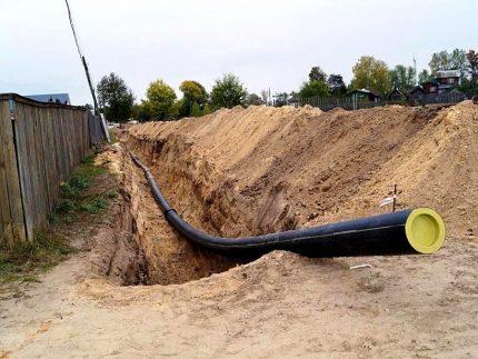 Pose de tuyaux en PE dans une tranchée