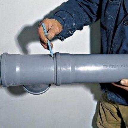 Compensateur pour tuyau en plastique