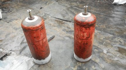 Gas cylinders with frozen bottom