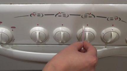Nettoyage de la poignée avec un coton-tige