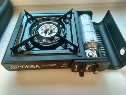 Portable gas stove with cylinder