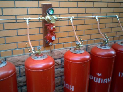 Connection of several gas cylinders through a metal ramp