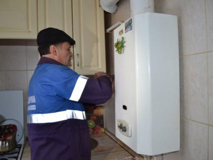 Installation de la colonne par l'agent de service du gaz