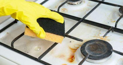 Le gril doit être lavé avec des gants.
