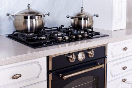 Table de cuisson à gaz avec casseroles