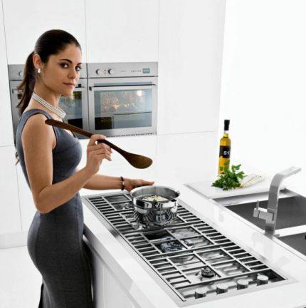 Fille cuisine sur la table de cuisson
