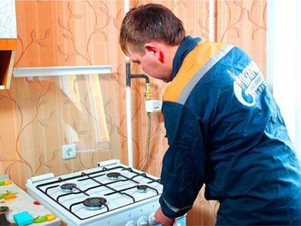 Connexion d'une cuisinière à gaz par un spécialiste