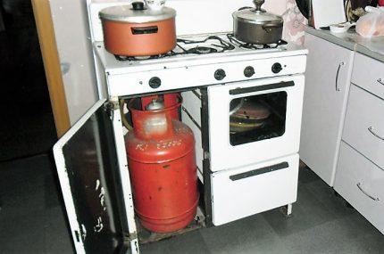 Bouteille de gaz dans un compartiment spécial du poêle