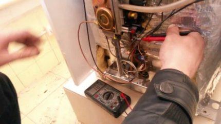 Vérification des connexions électriques de la chaudière à gaz