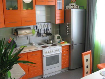Table de chevet entre réfrigérateur et cuisinière