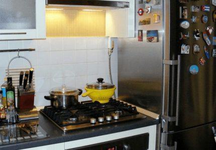 Une cuisinière près du réfrigérateur