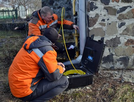 Le travail des travailleurs du gaz dans l'installation