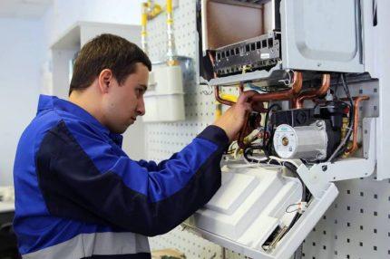 Le représentant du service gaz répare la chaudière