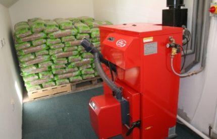 Pellet boiler and stockpile