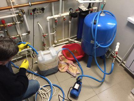 Flushing through a pump with a tank