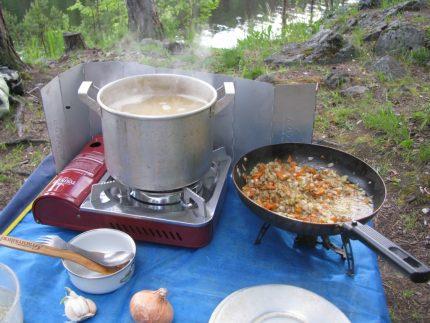 Camping en cuisine sur une cuisinière à gaz