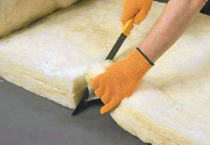 Cutting glass wool for insulation