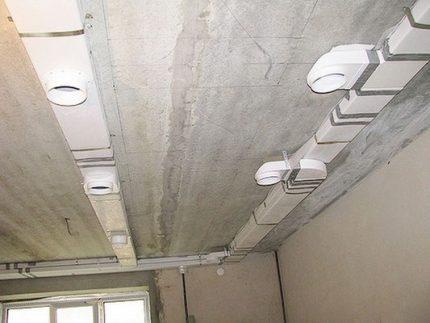 Installation de conduits de ventilation au plafond