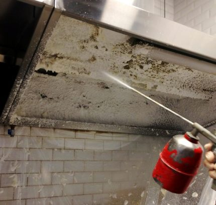 Chemical cleaning of air ducts with foam under pressure