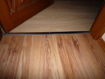 Klīrenss starp durvīm un grīdu