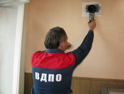 Pārbaude, ko skolā veic ventilācijas speciālists