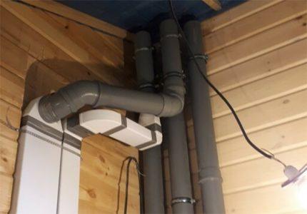 Tuyaux de ventilation dans le grenier