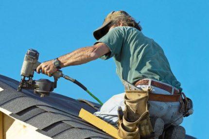 Installateur sur toit