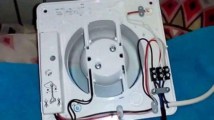 Connectez les contacts du ventilateur