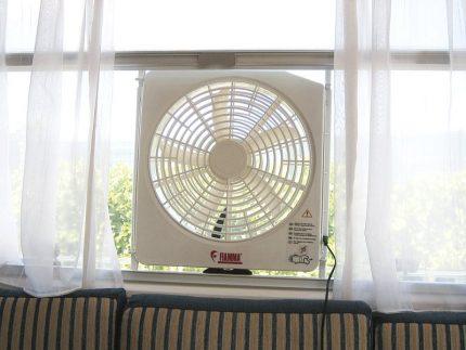 Installation temporaire d'un ventilateur dans une fenêtre