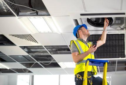 Darbinieks pārbauda ventilāciju