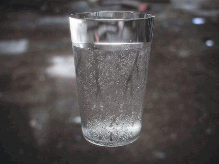 Mitruma mērīšana ar glāzi ūdens