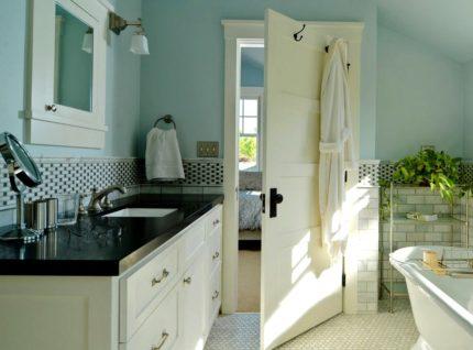 Atvērtas vannas istabas durvis