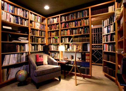Bibliotēka dzīvojamā ēkā
