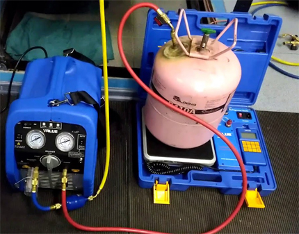 Connection of the assembly cylinder at the refrigerant liquidation station