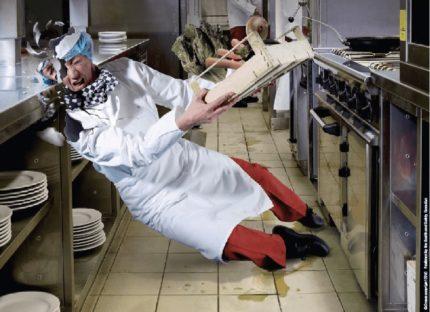 Pavārs paslīdēja virtuvē