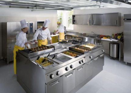 Pavāri strādā virtuvē
