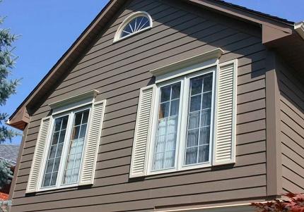 Fenêtre de ventilation dans le fronton de la maison