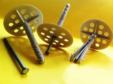 Boucliers de boulons d'expansion en forme de coupelle pour l'installation d'un appareil de chauffage