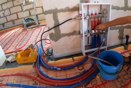 Siltā ūdens grīdas kontūru gofrēšana