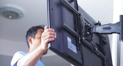 Montage du téléviseur sur un support