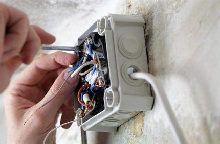 Câble VVG dans une boîte de jonction