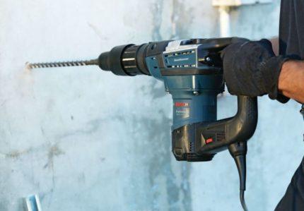 Perforateur pour percer des trous dans le mur