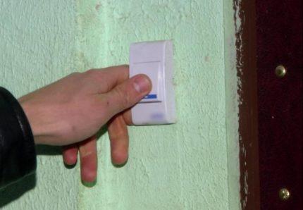 Bouton de porte électrique près de la porte