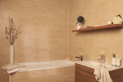 L'écran pour une salle de bain à partir de panneaux en plastique