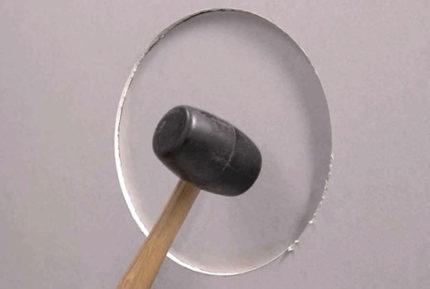 Izgrieziet apli ar āmuru