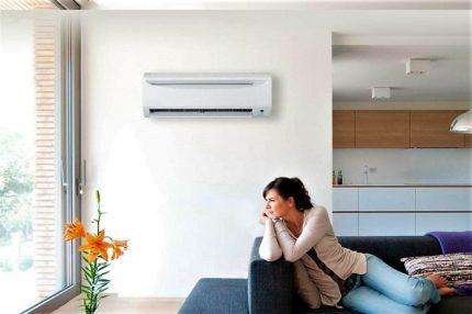 Lineārs gaisa kondicionieris viesistabā
