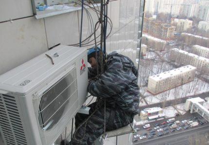 Krepšelio ir oro kondicionieriaus montavimas alpinistų pagalba