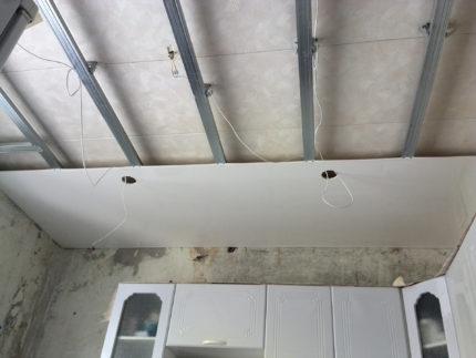 Panneaux en plastique au plafond